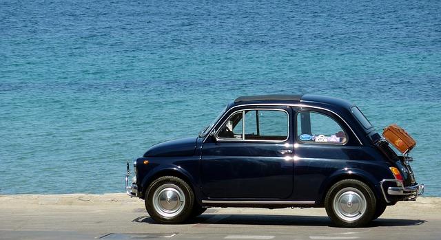 רכב חונה ליד הים