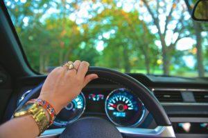אישה נוהגת בכפר