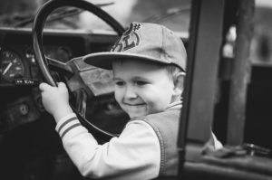 ילד נוהג ברכב